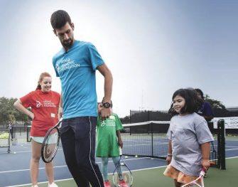 Djokovic jugando tenis en Belgrado en la calle con niños